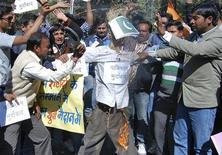 Ativistas da ala jovem do Partido do Congresso indiano gritam palavras de ordem enquanto batem em efígie que representa o Paquistão, durante um protesto na Índia. A Índia criticou duramente o Paquistão devido a um raro confronto armado entre soldados dos países na disputada região da Caxemira. 09/01/2013 REUTERS/Raj Patidar