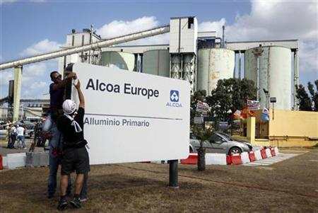 Workers of Alcoa Inc.'s aluminium plant in Sardinian hang a banner over an Alcoa Europe sign during a protest in Portovesme, next to Cagliari September 1, 2012. REUTERS/Alessandro Bianchi (ITALY - Tags: CRIME LAW POLITICS BUSINESS EMPLOYMENT CIVIL UNREST)