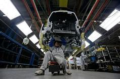 Las ventas de PSA Peugeot Citroën cayeron un 16,5 por ciento el año pasado, el peor resultado de ventas europeas que registra en años del fabricante francés de automóviles, que se retiró de Irán. En la imagen, empelados en una fábrica de Peugeot Citroën en Wuhan, en la provincia china de Hubei, el 5 de enero de 2013. REUTERS/Stringer