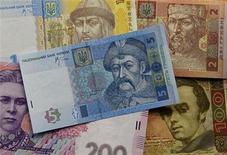 Банкноты украинской гривны в Киеве 23 мая 2012 года. Национальный банк Украины допускает в 2013 году большую волатильность курса гривны на валютном рынке, однако, как и в прошлом году, готов интервенциями отражать спекулятивные атаки на национальную денежную единицу, сказал представитель НБУ. REUTERS/Gleb Garanich