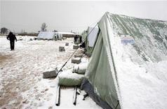 La peor tormenta de invierno en dos décadas azotó esta semana el este del mar Mediterráneo, provocando destrucción y muerte en Siria y sus vecinos, que ya están lidiando con una crisis de refugiados debido a la guerra civil en el país. En la imagen, refugiados sirios en un campo cubierto de nieve en Al Marj, en el valle de Bekaa, el 9 de enero de 2013. REUTERS/Afif Diab