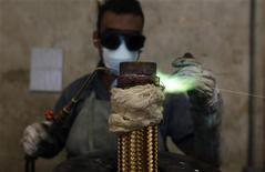 Funcionário solda mangueira de cobre na empresa metalúrgica Sociedade Paulista de Tubos Flexiveis, em São Paulo. O Índice de Commodities Brasil (IC-Br) subiu em dezembro puxado pelo segmento de metais e fechou o ano no melhor desempenho desde 2010. 20/04/2012 REUTERS/Nacho Doce