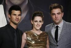 """Les acteurs principaux de Twilight, Robert Pattinson (à droite), Kristen Stewart et Taylor Lautner. Avec 11 citations, le cinquième et ultime épisode de la saga """"Twilight"""" figure parmi les longs métrages ayant recueilli mercredi le plus de nominations pour les Razzies Awards, qui récompensent les pires films de l'année. /Photo prise le 16 décembre 2012/REUTERS/Thomas Peter"""