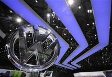 Volkswagen souhaite mettre un terme à son partenariat avec Daimler portant sur la construction de véhicules utilitaires, le groupe allemand souhaitant se rapprocher du constructeur de poids lourds MAN, selon une source proche du dossier. /Photo d'archives/REUTERS/Denis Balibouse