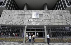 Pessoas entram e saem da sede da Petrobras no Rio de Janeiro. A Petrobras deve ter ganhos com a grande geração de eletricidade via térmicas a gás em um momento em que o país enfrenta um risco de falta de energia por conta do baixo nível dos reservatórios das hidrelétricas, disse o banco BTG Pactual. 24/09/2010 REUTERS/Bruno Domingos