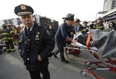 Al menos 57 personas resultaron heridas, dos de ellas en estado crítico, cuando un ferry chocó en Nueva York contra un embarcadero cerca de Wall Street en la hora punta de la mañana del miércoles, dijeron las autoridades de la ciudad estadounidense. En la imagen, equipos de emergencia atienden a los heridos en el accidente, el 9 de enero de 2013. REUTERS/Brendan McDermid