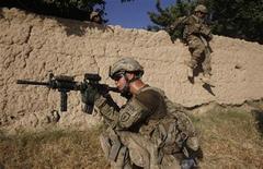 Foto de archivo de unos soldados del pelotón de la compañía Charlie del Ejército de Estados Unidos durante una patrulla en Chariagen, Afganistán, jun 22 2011. Legisladores de Afganistán dijeron el miércoles que el desastre y la guerra civil ocurrirían en su país si Estados Unidos avanza con la idea de retirar todas las tropas luego del 2014. REUTERS/Baz Ratner