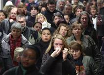 """Le moral économique des Français reste bas mais s'est amélioré en janvier pour le troisième mois consécutif, selon un sondage BVA. Soixante-sept pour cent des personnes interrogées se disent """"plutôt moins confiantes"""" concernant l'avenir de la situation économique en France contre 71% en décembre. /Photo d'archives/REUTERS"""