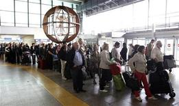 Passeggeri in coda all'aeroporto internazionale di Fiumicino a Roma, 17 aprile, 2010. REUTERS/Max Rossi