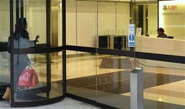 Una donna entra in una banca. REUTERS/Paul Hackett