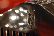 Логотип Rolls-Royce на презентации для прессы до отрытия автосалона в Эссене 30 ноября 2012 года. Продажи автомобилей Rolls-Royce Motor Cars в 2012 году достигли рекордной отметки благодаря спросу со стороны состоятельных клиентов из США и Китая. REUTERS/Ina Fassbender
