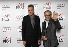 """El drama presidencial estadounidense """"Lincoln"""" encabeza las candidaturas a los Oscar, incluida la de mejor película, según el anuncio conocido el jueves que abre la carrera para la entrega de los máximos galardones del cine mundial. En la imagen, el director de la película, Steven Spielberg (D), y el protagonista, Daniel Day-Lewis, posan en la presentación en Hollywood el 8 de noviembre de 2012. REUTERS/Mario Anzuoni"""