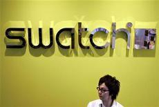Swatch Group a annoncé jeudi avoir enregistré une hausse de 14% de ses ventes en 2012, dépassant sa propre prévision. Le numéro un mondial de l'horlogerie a aussi gagné des parts de marché sur ses concurrents. /Photo d'archives/REUTERS/Issei Kato