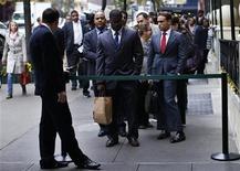 Imagen de archivo de un grupo de postulantes a empleos en la fila de ingreso a una feria laboral de Nueva York, oct 24 2012. El número de estadounidenses que solicitaron por primera vez un subsidio por desempleo subió la semana pasada, dijo el jueves el Departamento del Trabajo, pero los detalles del informe sugieren que el mercado laboral siguió creciendo a un ritmo moderado. REUTERS/Mike Segar