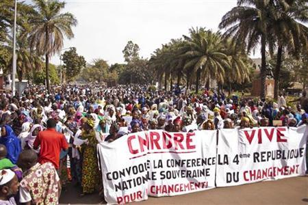 Women hold banners urging national talks to end the political paralysis in the south of Mali, in the capital Bamako January 10, 2013. REUTERS/Francois Rihouay