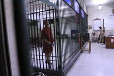Виктор Бут разговаривает с представителями прессы в здании суда в Бангкоке 16 февраля 2010 года. Полиция Австралии задержала человека, объявленного в международный розыск по обвинению в сотрудничестве с российским торговцем оружием Виктором Бутом, сообщили власти Зеленого континента в пятницу. REUTERS/Sukree Sukplang