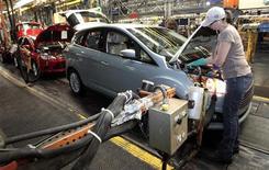 Usine Ford de Wayne, dans le Michigan. Ford Motor prévoit de créer 2.200 emplois cette année dans le domaine du développement des produits et d'autres unités basées aux Etats-Unis, le constructeur automobile était en passe d'élargir et de moderniser sa gamme de véhicules dans le monde. /Photo prise le 8 novembre 2012/REUTERS/Rebecca Cook
