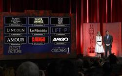"""Ведущие Эмма Стоун и Сет Макфарлейн объявляют номинантов на """"Оскар"""" в категории """"Лучший фильм"""" в Беверли-Хиллз 10 января 2013 года. Биографический фильм Стивена Спилберга о президенте США Аврааме Линкольне возглавил список претендентов на получение статуэток американской Академии кинематографических искусств и наук - в четверг он был представлен в 12 номинациях. REUTERS/Phil McCarten"""