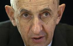 Louis Gallois plaide en faveur d'un assouplissement du CDI et dénonce l'excès du nombre d'embauches en CDD dans une interview publiée vendredi dans le Parisien sur fond de négociations entre patronat et syndicats sur une réforme du marché du travail. /Photo prise le 3 janvier 2013/REUTERS/Mal Langsdon