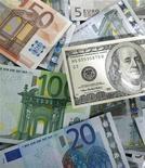Euro in banconote da diversi tagli e un biglietto da 100 dollari. REUTERS/Kacper Pempel