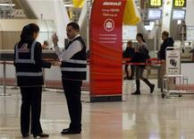 Los aeropuertos españoles registraron en diciembre un nuevo descenso en operaciones y pasajeros, según datos publicados el viernes por el gestor público aeroportuario Aena. En la imagen, varios empleados de Iberia en el aeropuerto de Barajas el 9 de noviembre de 2012.REUTERS/Sergio Pérez
