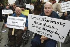 Кипрские инвалиды протестуют против сокращения государственных пособий возле здания национального парламента 12 декабря 2012 года. Еврозона не рассматривает возможность реструктуризации долга Кипра, сообщил ведущий комиссар ЕС по финансам Олли Рен. REUTERS/Andreas Manolis