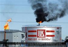 НПЗ Лукойла в Когалыме 7 июля 2004 года. Крупнейший независимый российский производитель нефти с внушительным списком зарубежных активов Лукойл так и не смог преодолеть тенденцию к падению добычи нефти - 2012-й стал для него третьим по счету годом сокращения производства, следует из предварительных итогов работы компании. REUTERS/Viktor Korotayev
