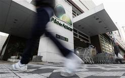 La croissance des ventes à périmètre comparable du distributeur Grupo Pão de Açucar (GPA), numéro un du secteur au Brésil, et contrôlé par le français Casino, a ralenti au quatrième trimestre, une évolution qui a fait tomber son cours de Bourse à un plus bas de près de huit mois. /Photo d'archives/REUTERS/Nacho Doce