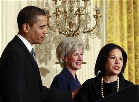 U.S. President Barack Obama (L) introduces Kathleen Sebelius (C) as his nominee for Secretary of Health and Human Services and Nancy-Ann DeParle as his Director of the White House Office for Health Reform in the East Room of the White House in Washington, March 2, 2009. REUTERS/Jason Reed