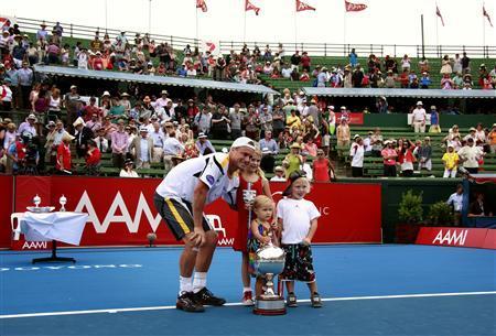 Hewitt beats del Potro to win Kooyong title
