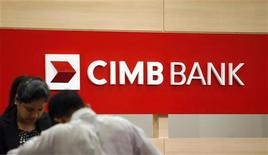 A staff attends to a customer at a branch of CIMB Bank in Kuala Lumpur December 8, 2009. REUTERS/Bazuki Muhammad