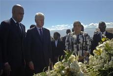 El ex presidente de Estados Unidos Bill Clinton voló a Haití el sábado para unirse al presidente del país, Michel Martelly, en una conmemoración oficial del tercer aniversario del terremoto que diezmó a la capital y acabó con la vida de más de 250.000 personas. En la imagen, el presidente de Haití, Michel Martelly (I), el ex presidente estadounidense Bill Clinton y la primera dama de Haití Sophia Martelly durante una ceremonia en memoria de las víctimas del terremoto, el 12 de enero de 2013. REUTERS/Swoan Parker