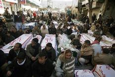 Las conversaciones entre responsables paquistaníes y líderes chiíes el sábado no lograron mitigar protestas que hicieron que miles de personas salieran a las calles frías y húmedas por segunda noche consecutiva en una vigilia junto a los cuerpos de 96 personas muertas en uno de los peores ataques sectarios en la historia del país. En la imagen, los chiíes junto a los ataúdes de las víctimas de los ataques en Quetta, el 12 de enero de 2013. REUTERS/Naseer Ahmed