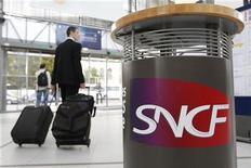 Les tarifs des TGV, TER et Intercités augmenteront de 2,3% en moyenne à partir du 24 janvier prochain. La SNCF met en avant un programme d'investissements de 2,6 milliards d'euros pour justifier cette hausse. /Photo d'archives/REUTERS/Stéphane Mahé