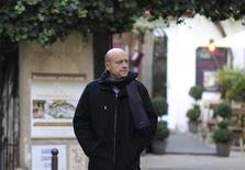 Dans les colonnes du Parisien, Alain Juppé laisse entendre dimanche qu'il pourrait se présenter aux primaires qui désigneront le candidat du principal parti de droite à l'élection présidentielle de 2017. /Photo prise le 25 novembre 2012/REUTERS/Gonzalo Fuentes