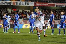 Maxime Gonalons, auteur du premier but des Lyonnais lors de leur victoire 2-1 à Troyes, samedi. Des résultats inattendus du côté du PSG, qui a calé 0-0 face à Ajaccio, et de l'OM, battu 3-1 par Sochaux, ont rebattu les cartes en tête du championnat : Lyon est désormais seul en tête avec 41 points, les Parisiens suivent avec 39 unités et l'OM complète le podium avec 38 points. /Photo prise le 12 janvier 2013/REUTERS/Benoît Tessier