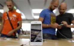 An Apple iPhone 5 is displayed in an Apple store in Rome September 28, 2012. REUTERS/Tony Gentile