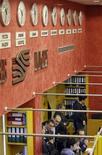 Торговый зал биржи ММВБ в Москве, 19 сентября 2008 года. Российские фондовые индексы начали торги понедельника с легкого повышения, повторяя движение основных внешних ориентиров, а наиболее ликвидные акции, бумаги Сбербанка, превысили планку в 100 рублей впервые за 10 месяцев. REUTERS/Denis Sinyakov