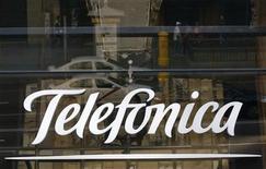 El grupo de inversión PPF, propiedad del magnate checo Petr Kellner, estaría interesado en comprar la filial checa del grupo español Telefónica, pero sus intentos habrían fracasado hasta ahora por el precio ofrecido, informó el lunes el semanario Euro. En la imagen, el logo de Telefónica en Madrid, el 3 de diciembre de 2012. REUTERS/Andrea Comas