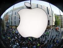 Apple, qui, selon le quotidien japonais Nikkei, aurait réduit de près de moitié ses commandes d'écrans pour iPhone 5 pour le trimestre en cours en raison d'une faible demande, à suivre lundi sur les marchés américains. /Photo d'archives/REUTERS/Michael Dalder