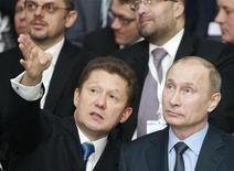 """Глава Газпрома Алексей Миллер и президент России Владимир Путин на запуске газопровода """"Южный поток"""" в Анапе 7 декабря 2012 года. Продажи Газпрома в ЕС, скорее всего, продолжат падать в 2013 году, так как сложные экономические условия на ключевом для экспортера рынке Европы будут ограничивать спрос на газ, сообщило рейтинговое агентство Fitch. REUTERS/Sergei Karpukhin"""