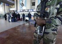 """Un soldado realiza una patrulla en el aeropuerto internacional Nice Côte d'Azur en Francia, ene 14 2013. Justo cuando sus líderes estaban definiendo una nueva estrategia de """"manos fuera"""" de Africa, Francia se ha visto empujada a la línea del frente de uno de los campos de batalla más arriesgados del continente en el profundo desierto de Mali. REUTERS/Eric Gaillard"""