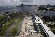 Imagen de archivo del aeropuerto Santos Dumont en Río de Janeiro, abr 8 2010. El 2013 debería ser mejor para el sector aéreo brasileño tras los recortes de oferta y los malos resultados del año pasado, pero las aerolíneas de menor tamaño crecerán más que las líderes de Brasil. REUTERS/Sergio Moraes