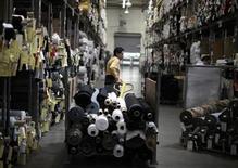 Imagen de archivo de una trabajadora en una planta de la firma textil Karen Kane en Los Angeles, jun 30 2011. El panorama para el crecimiento de la mayoría de las naciones industrializadas está mejorando, liderado por Estados Unidos y Gran Bretaña, al tiempo que las economías de China e India han alcanzado puntos de inflexión positivos, dijo el lunes la Organización para la Cooperación y el Desarrollo Económico. REUTERS/Lucy Nicholson