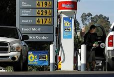 Imagen de archivo de un hombre en una gasolinera de California, EEUU, mar 1 2011. Arabia Saudita, el mayor exportador mundial de crudo, recortó la producción de petróleo en diciembre por una menor demanda estacional, dijo el lunes un asesor del Ministerio de Petróleo a la agencia de noticias estatal, rechazando versiones de que la medida buscó incrementar los precios. REUTERS/Mike Blake