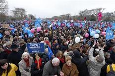 """Manifestants opposés au mariage gay, dimanche à Paris. La droite, qui réclame un référendum sur le mariage et l'adoption pour les couples homosexuels, récuse l'impossibilité juridique mise en avant par le pouvoir socialiste et en appelle au sens """"éthique"""" du chef de l'Etat. Au soir de la démonstration de force des opposants au projet de loi dans les rues de Paris, Christiane Taubira a néanmoins rejeté dimanche l'idée d'un référendum. /Photo prise le 13 janvier 2013/REUTERS/Benoît Tessier"""