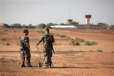 Soldados franceses testam equipamentos na base aérea maliana em Bamako, Mali. 14/01/2013 REUTERS/Joe Penney
