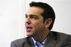 El líder izquierdista griego Alexis Tsipras dijo el lunes al ministro alemán de Finanzas, Wolfgang Schäuble, que las reformas emprendidas por el Gobierno griego con apoyo de Berlín han fracasado por completo, aumentando el desempleo y la pobreza. Imagen de archivo de Tsipras en una entrevista con Reuters celebrada en octubredel año pasado en París. REUTERS/Charles Platiau