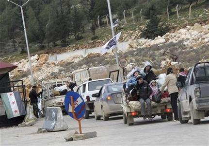 Syrian refugees wait to cross the border to Turkey at Bab El-Hawa on the outskirts of Idlib, near the Syrian-Turkey border, January 13, 2013. Picture taken January 13, 2013. REUTERS-Abdalghne Karoof (SYRIA - Tags: CIVIL UNREST POLITICS CONFLICT SOCIETY)