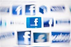 Foto de archivo de diversos logos de Facebook en una ilustración realizada en Lavigny, Suiza, mayo 16 2012. Las acciones de Facebook abrieron el lunes por sobre los 32 dólares por primera vez desde julio por un renovado apetito de los inversores en la red social por las expectativas del lanzamiento de nuevos productos y la publicación de sus resultados financieros. REUTERS/Valentin Flauraud